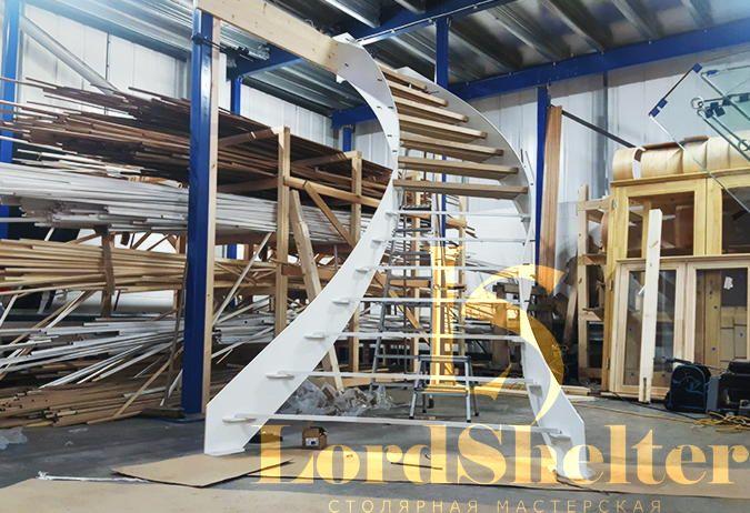 Отделка деревом металлической лестницы