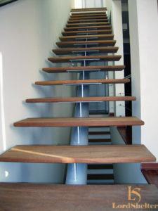 Деревянная лестница на металлическом каркасе