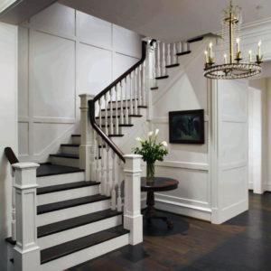 Интерьер комнаты с лестницей на второй этаж