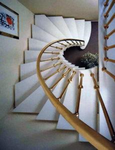 Лестница в загородный дом на заказ
