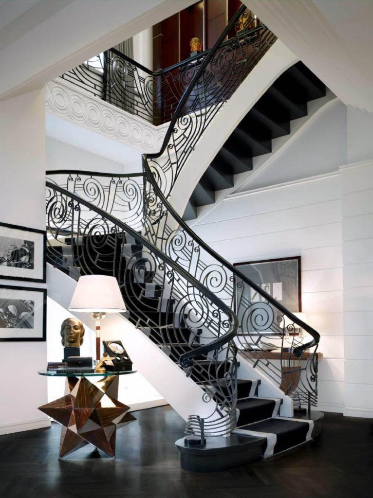 Дубовая лестница с кованым ограждением